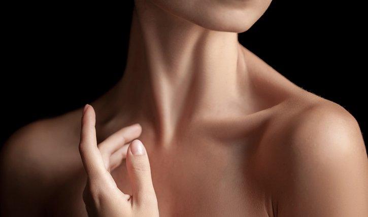Wir verraten dir die 7 besten Pflegetipps für Hals und Dekolleté.