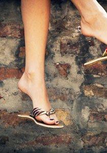 Schritt für Schritt zum Sandalenglück: Flip Flops im Gladiatoren-Stil selbermachen