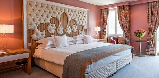 Im Carlton Hotel kommt schnell Romantik auf.