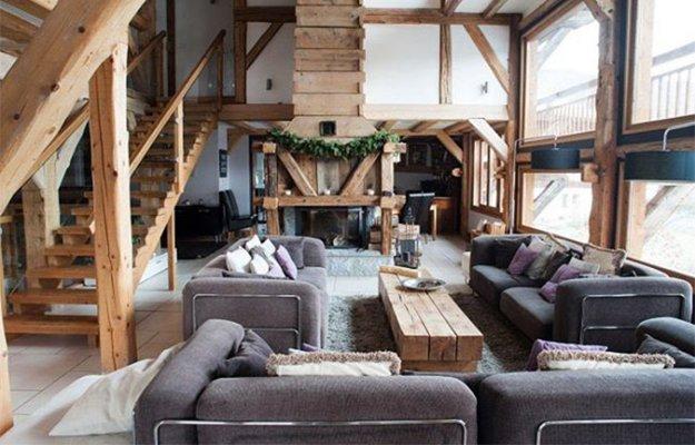 Eine typische Calet-Einrichtung besteht aus viel Holz. In der Regel wurde das Holz schon in den Wänden und böden verbaut, aber auch Holzmöbel sorgen für Chalet-Chic.