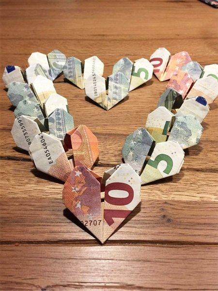 Ideen für Geldgeschenke: Herzen aus Geldscheinen falten