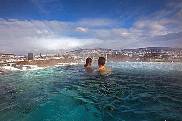 Unendlichket fühlen im Infinity Pool des Zürcher Romantik Hotels B2 Boutique.