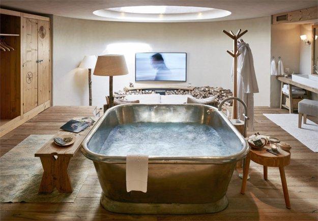 Romatik Hotel Guarda Val empfängt uns im Stailetta Zimmer mit einer luxuriösen Badewanne für zwei.