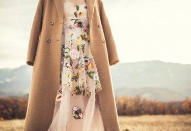 Wie du Sommerkleider auch im Winter tragen kannst