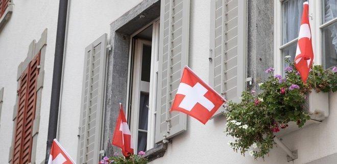 Fenster mit Schweizer Flagge