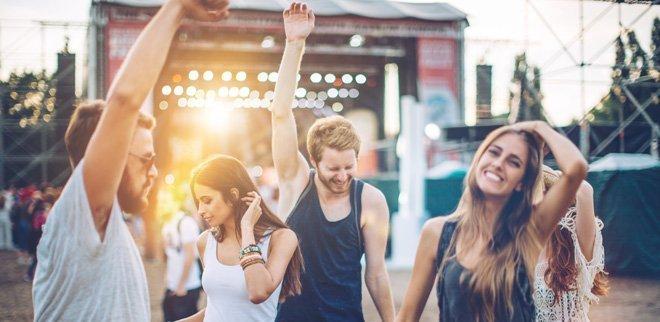 Leute an einem Festival