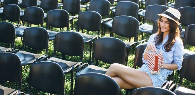 Frau auf Stuhl im Open Air Kino