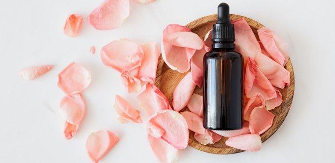 Ätherisches Öl auf Rosen gebettet
