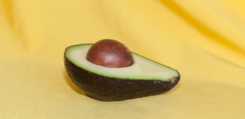 Avocado auf gelben Hintergrund