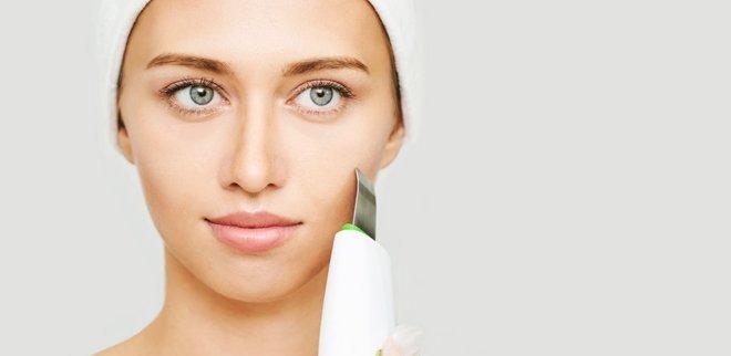 Wirkung Beauty-Geräte für zuhause: Frau behandelt ihr Gesicht