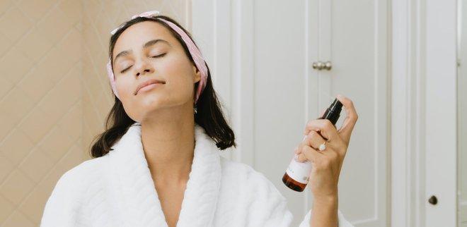 Frau im Bad mit Gesichtsspray