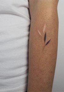 9 Dinge, die du über weisse Tattoos wissen musst