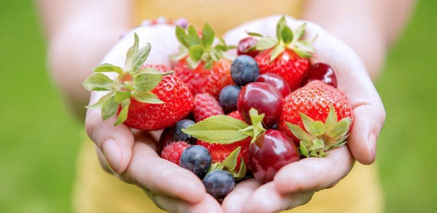 Beeren und Zitrusfrüchte enthalten viel Vitamin C.