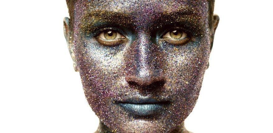 Guter Lidschatten verbindet sich mit der Augenfarbe. Die richtige Farbwahl macht den Blickfang.