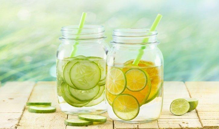 Mit diesen 5 Detox Wasser Rezepten zu einem flachen Bauch.