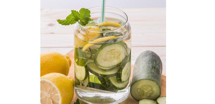 Detox Wasser Gurke und Zitrone für einen flachen Bauch.