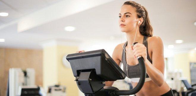 Eine Frau auf einem Fitnessgeraet