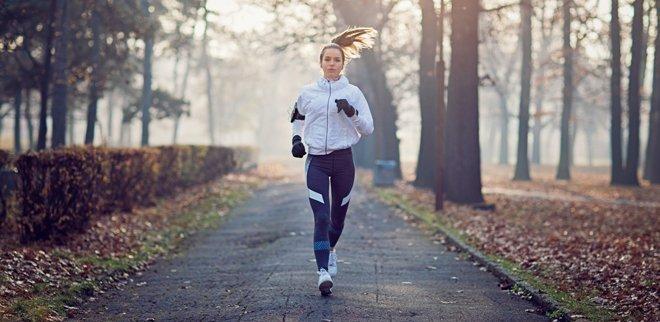Joggen im Winter: Frau rennt im Nass
