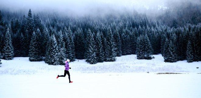 Joggen im Winter: Frau joggt durch den Schnee