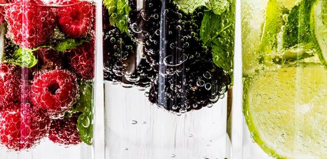 Wasser trinken: Frische dein Wasser mit Beeren und Früchten auf, um ihm mehr Geschmack zu verleihen