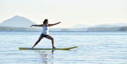 SUP Yoga im Test: Von Sonnenstrahlen wach geküsst