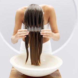 Das Leinöl für das Haar kann man für die Nacht auftragen