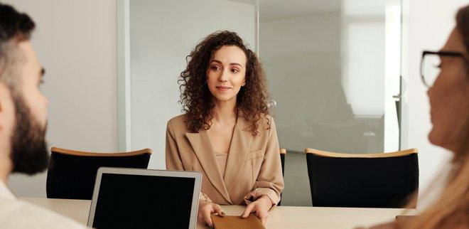 Junge Frau bei Gehaltsverhandlung
