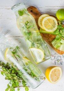 5 Detox Wasser Rezepte für einen flachen Bauch