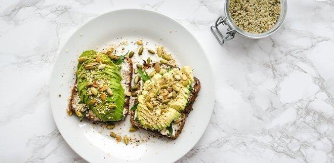 Brot mit Hanf und Avocado