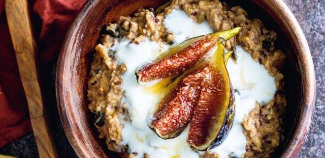 Dieses Porridge-Rezept lindert PMS-Beschwerden.