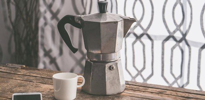 Kaffee zuhause kochen: Kaffeekocher, Tasse und Handy