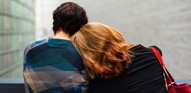 Frau lehnt auf Schulter des Mannes