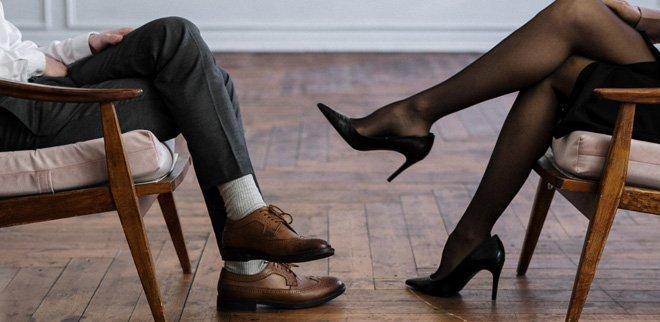 Beine eines Mannes und einer Frau während der Paartherapie