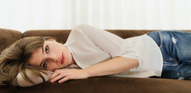 Auf Sofa liegendes Mädchen