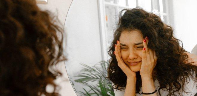 Geschwollene Augenlider lassen sich mit diesen Beauty-Tipps oft schnell wieder in Griff kriegen.
