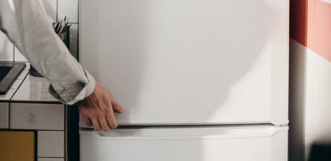 In einem sauberen Kühlschrank lassen sich die Lebensmittel besser halten.