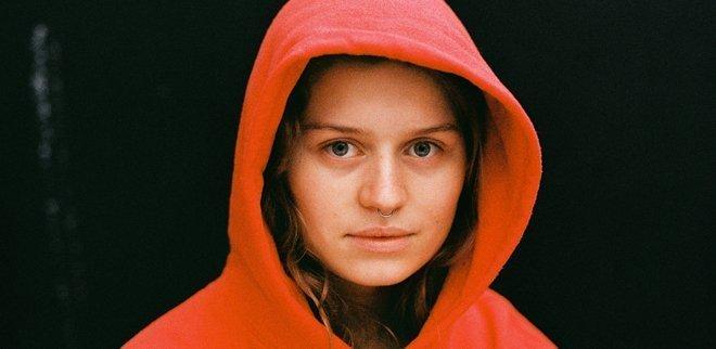 Marie Ulven, bekannt als girl in red, im Portrait.