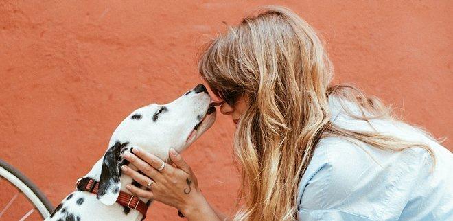Wieso kaufen sich meine Freunde Haustiere? Frau mit Hund.