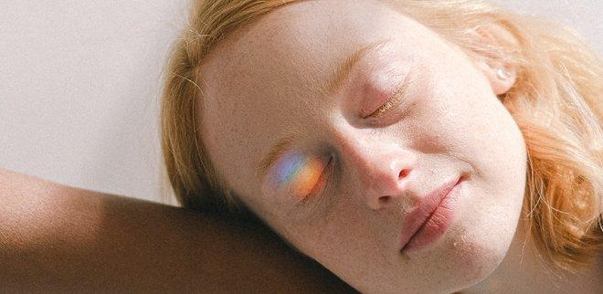 Frau mit Sonnenschein im Gesicht