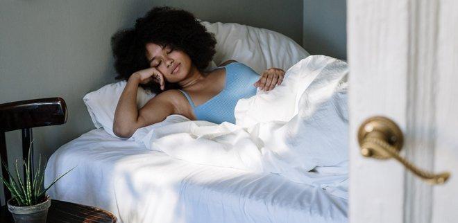 Junge Frau schlafend im Bett