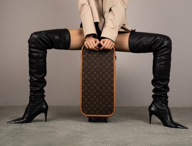 Kniehohe Boots, Louis Vuitton Koffer