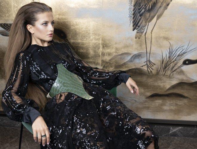 Herbst-Modetrend: Glitzerkleid mit Statement-Gurt