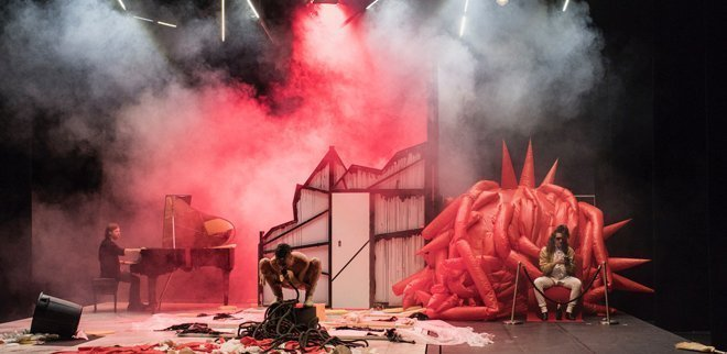 Peformancekünstler Martin Zimmermann auf der Bühne