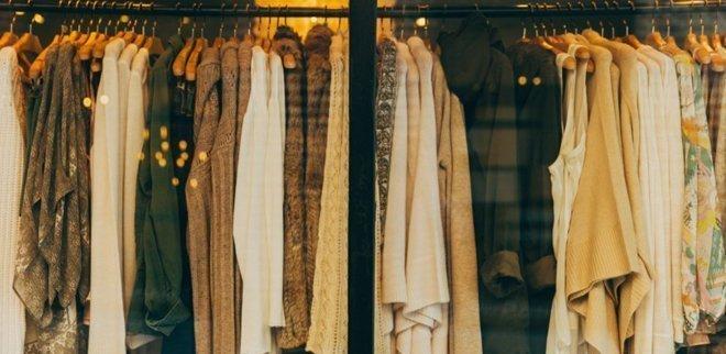 Kleiderstange in einem Schaufenster