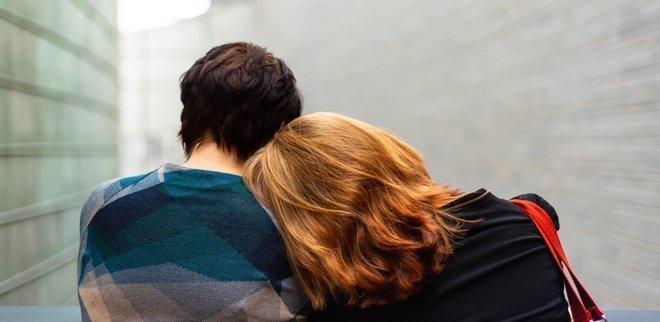 Frau lehnt an Schulter des Mannes