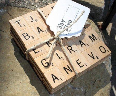 Ein schönes Geschenk. Untersetzer aus alten Scrabble Soielsteinen.