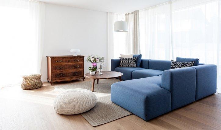 Wie sie mit antiken Möbeln eine Wohnung einrichten, die Geschichten erzählt.