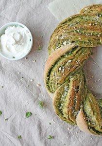 Wir backen unser Brot selber: Rezept für einen Pesto-Brotkranz mit Frischkäse-Joghurt