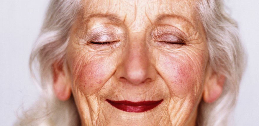 Falten abdecken: So überschminkt man Gesichtsfalten