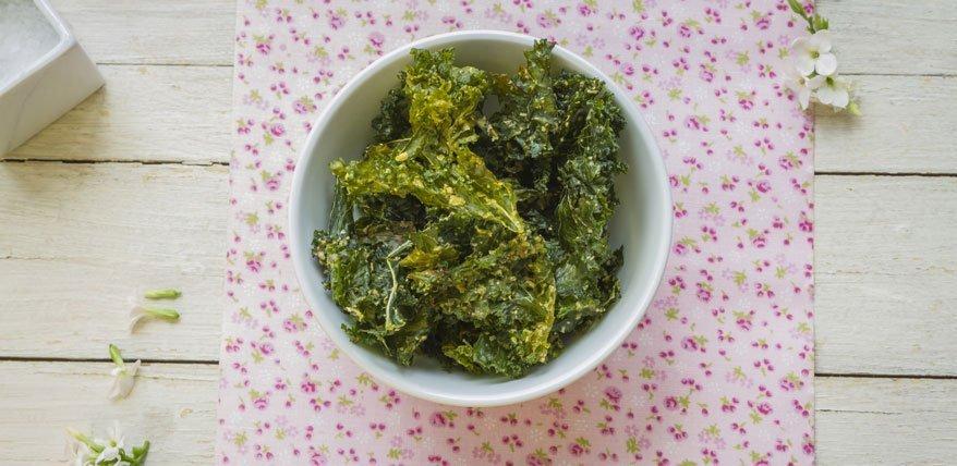 Federkohl-Chips: Mit diesem Rezept werden sie schön knusprig und würzig.